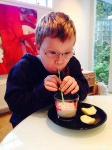 Drinken rietje jongen met Downsyndroom